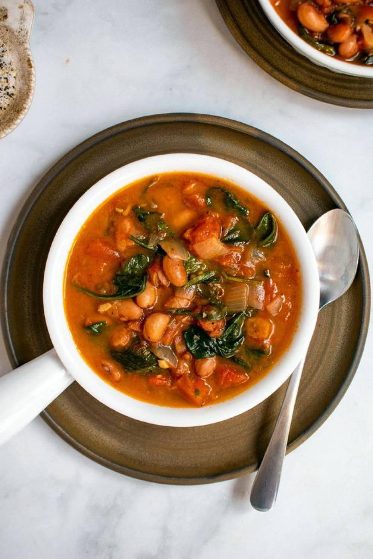 سوپ زمستانی لوبیای تازه بورلوتی ، گوجه فرنگی و اسفناج